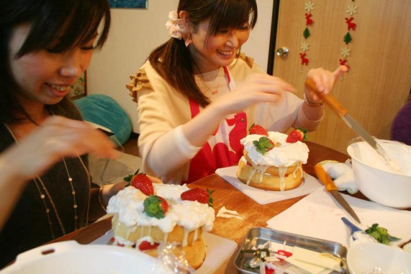 クリスマスケーキづくりワークショップ ケーキをデコレーションする女性